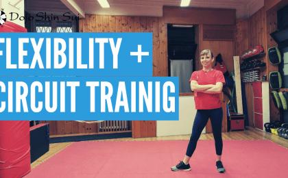 In questa allenamento Valeria ti proporrà un circuito di flessibilità che ti permetterà di a distendere la muscolatura e un allenamento a circuito per tutto il corpo! Tutto assolutamente fattibile nel salotto di casa tua!